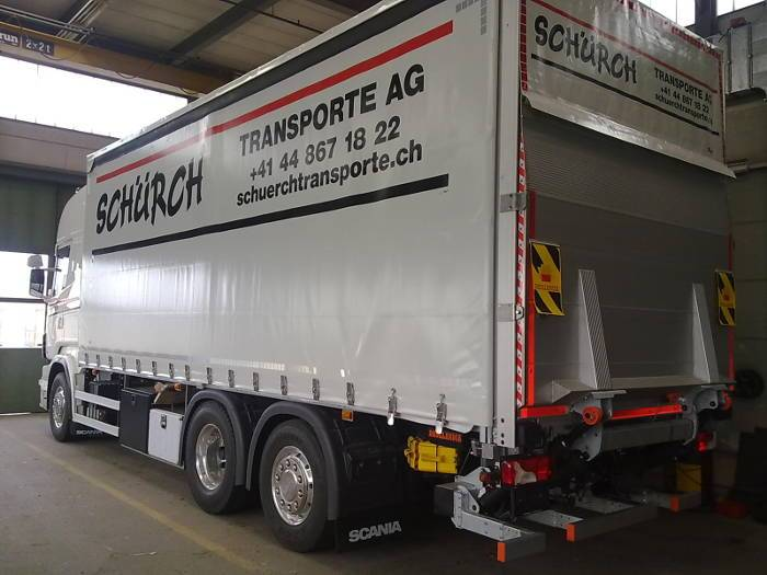 Curtainsider with taillift